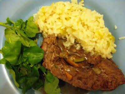 Enrolado de carne com molho de laranja e vinho, risotto de pimentão amarelo e alho poró