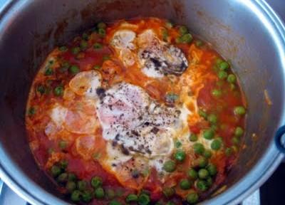 Ovos pochê no molho de tomate e ervilha